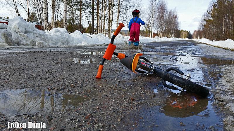 mattisudden,glesbygd,grusvägar,vattenpölar,cykla,barn,norrbotten,fröken humla,jenny holmgren